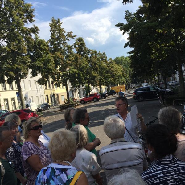 _Georg Opdenberg beschreibt die Entwicklung des Krefelder Stadthauses